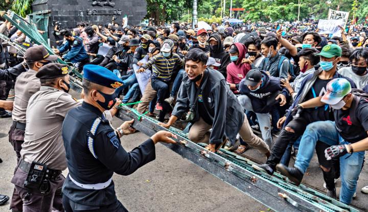 Dari Pekanbaru, Medan sampai Padang, Demo Anti Omnibus Law Berlangsung Ricuh
