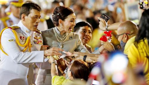 Vaksinasi Massal Thailand, Kelakuan Sang Raja Justru Bikin Proses Terhambat karena...
