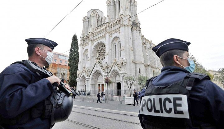 Kacau, Bocah-bocah Muslim Diteror Polisi Paris yang Bersenjata Lengkap