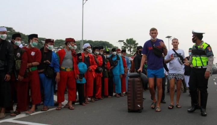 Habib Rizieq Pulang Jalan-Jalan ke Bandara Ditutup, Warga Teriak: Benar-Benar Gila!