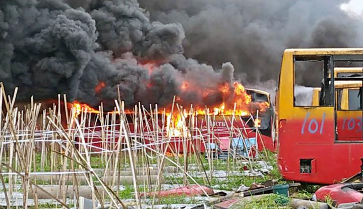 Puluhan Bangkai Busway Terbakar, Netizen: Pak Ahok Ada Komentar?