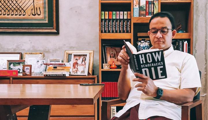 Netizen Heboh Anies Baswedan Baca Buku Ini