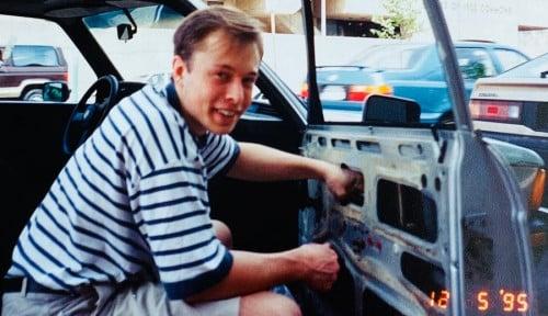 Foto Potret Elon Musk saat Masih Susah: Beli Barang Rongsokan untuk Perbaiki Mobilnya Sendiri