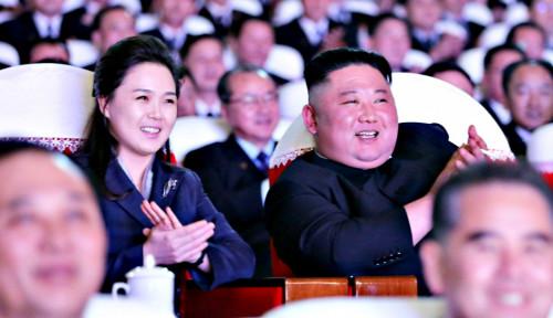 Jarang Terjadi, Keluarga Tentara Korut Berfoto-foto Bareng Kim Jong-un