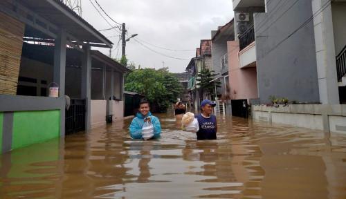 Kelakuan Warga +62 Mancing Ikan di Genangan Banjir