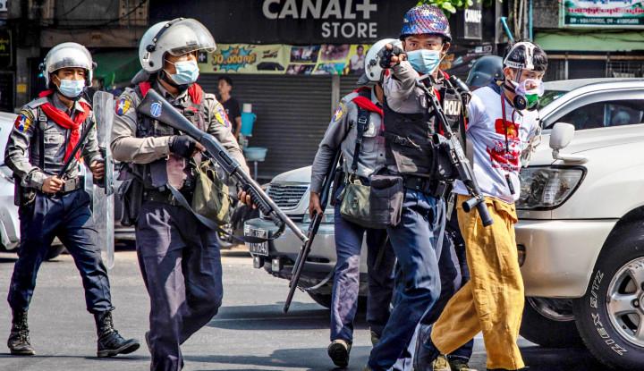 Militer Menembaki Demonstran seperti Membunuh Ayam