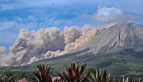 Sinabung Lagi-lagi Muntahkan Abu Vulkanik Setinggi 200 Meter