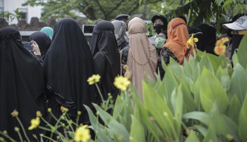 Emak-Emak Pendukung Rizieq Shihab Rela Wakafkan Nyawanya: Bebaskan Habib Tanpa Syarat!