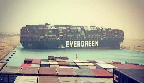 Kapal Selebar Lapangan Sepak Bola Mampet di Terusan Suez, Lusinan Kapal Logistik Tertahan