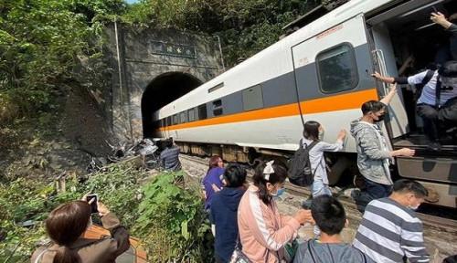 Kereta Api Ini Tabrak Truk dan Tergelincir di Terowongan, 36 Orang Tewas