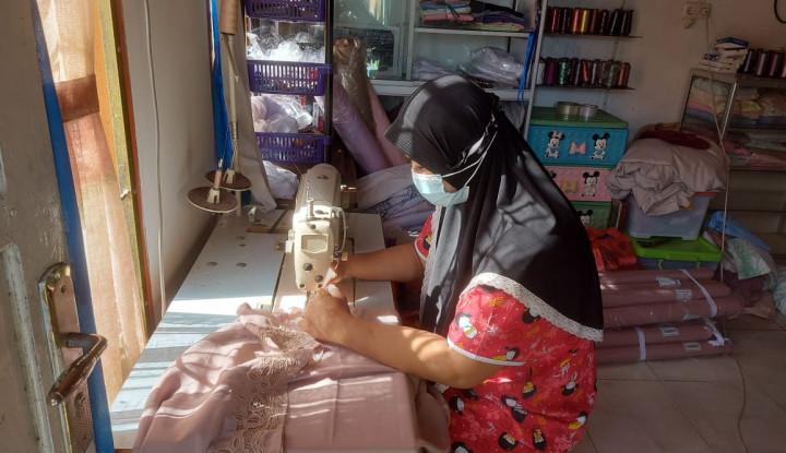 Foto Berita Kartini Masa Kini: Kisah Rima Melati, Pengusaha Mukena Bordir dari Bukit Tinggi