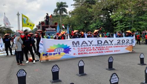May Day, Massa Buruh Gelar Tabur Bunga di Replika Batu Nisan