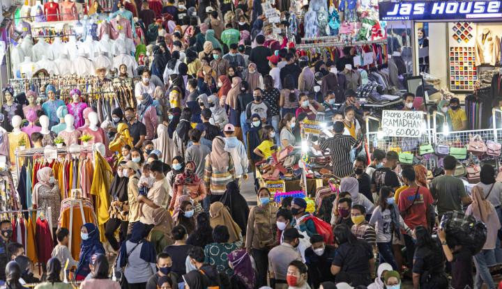 Pasar Tanah Abang Masih Ramai Aja Tuh, Bahkan Pedagang sampai 'Tumpah' ke Trotoar