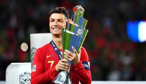 Geser Botol Coca Cola, Cristiano Ronaldo Jadi Orang Pertama dengan 300 Juta Pengikut di Instagram