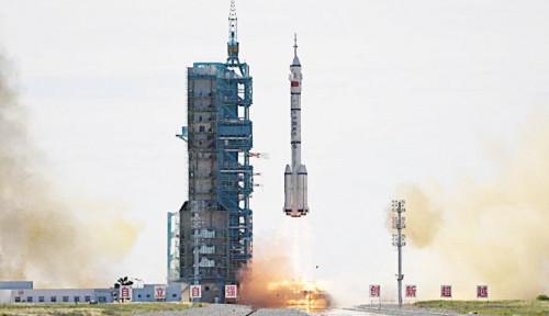 Sang Kapal Ilahi Milik China Antarkan 3 Astronautnya ke Luar Angkasa