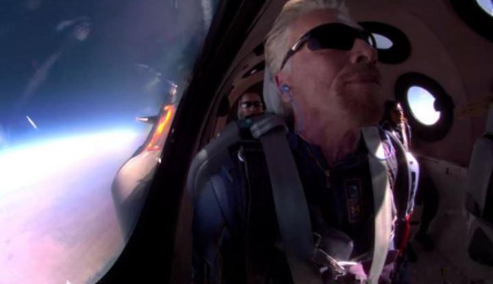 Foto Berita Miliarder Richard Branson Sukses Meluncur ke Luar Angkasa, Ini Detik-detik Peluncurannya!