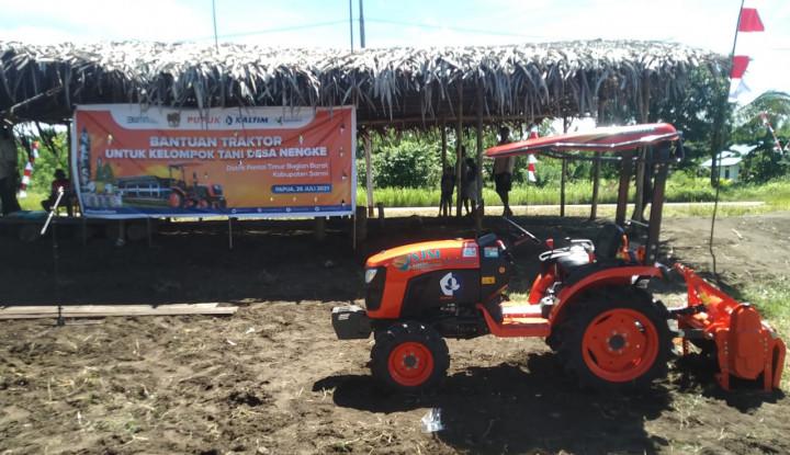 Penuhi Kebutuhan Pangan di Papua, Pupuk Kaltim Salurkan Bantuan Traktor ke Petani