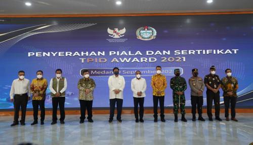 Menko Perekonomian Serahkan Piala TPID Award Ke Gubernur Sumut