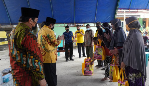 Idris Laena Bagikan Sembako Bersama Pengurus Golkar di Level Desa/Kelurahan