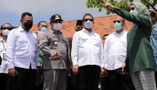 Menteri Trenggono Pacu Produktivitas Nelayan di Pantai Sine